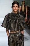 纽约, NY - 9月05日:式样Kamila汉森步行齐默尔曼时装表演的跑道 库存照片