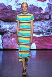 纽约, NY - 9月07日:式样Maja Salamon步行DKNY春天2015时尚汇集的跑道 免版税库存图片