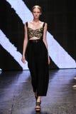 纽约, NY - 9月08日:式样Nastya斯登步行唐娜Karan春天2015时尚汇集的跑道 库存照片