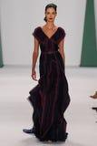 纽约, NY - 9月08日:式样Renata Zandonadi步行卡罗来纳州赫雷拉时装表演的跑道 库存图片