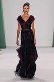 纽约, NY - 9月08日:式样Renata Zandonadi步行卡罗来纳州赫雷拉时装表演的跑道 免版税库存图片