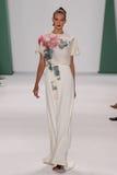 纽约, NY - 9月08日:式样Sanne Vloet步行卡罗来纳州赫雷拉时装表演的跑道 免版税库存照片