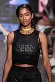 纽约, NY - 9月07日:式样Vashtie可拉树步行DKNY春天2015时尚汇集的跑道 免版税库存照片