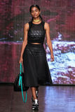 纽约, NY - 9月07日:式样Vashtie可拉树步行DKNY春天2015时尚汇集的跑道 免版税库存图片