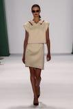 纽约, NY - 9月08日:式样Vasilisa帕夫洛娃步行卡罗来纳州赫雷拉时装表演的跑道 库存图片