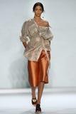 纽约, NY - 9月05日:式样Zhenya Katava步行齐默尔曼时装表演的跑道 图库摄影