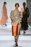 纽约, NY - 9月05日:式样Zhenya Katava步行齐默尔曼时装表演的跑道 免版税库存照片