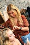 纽约, NY - 6月16日:得到的美发师式样准备后台 免版税库存图片