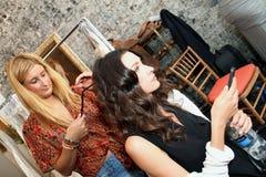 纽约, NY - 6月16日:得到的美发师式样准备后台 免版税图库摄影