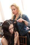 纽约, NY - 6月16日:得到的美发师式样准备后台 图库摄影