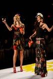 纽约, NY - 9月04日:扔瓣的模型到跑道在Desigual春天2015时装表演 免版税库存照片