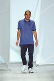 纽约, NY - 9月06日:时装设计师费莉佩奥利维拉巴普蒂丝塔步行拉科斯特时装表演的跑道 免版税库存图片
