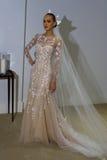 纽约, NY - 10月13日:模型做不拘形式塑造在卡罗来纳州赫雷拉新娘介绍 免版税图库摄影