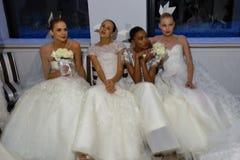 纽约, NY - 10月13日:模型做不拘形式塑造在卡罗来纳州赫雷拉新娘介绍 库存图片
