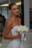 纽约, NY - 10月13日:模型做不拘形式塑造在卡罗来纳州赫雷拉新娘介绍 免版税库存图片