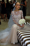 纽约, NY - 10月13日:模型做不拘形式塑造在卡罗来纳州赫雷拉新娘介绍 免版税库存照片