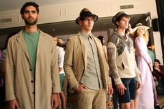 纽约, NY - 9月06日:模型摆在塞尔焦达维拉时尚介绍 免版税库存照片