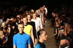 纽约, NY - 9月06日:模型步行在亚历山大・王时装表演的跑道结局 免版税库存照片