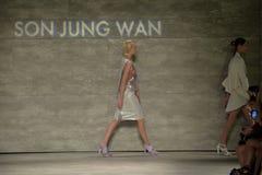 纽约, NY - 9月06日:模型步行在儿子Jung苍白春天2015时装表演的跑道结局 免版税库存照片