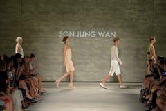 纽约, NY - 9月06日:模型步行在儿子Jung苍白春天2015时装表演的跑道结局 免版税库存图片