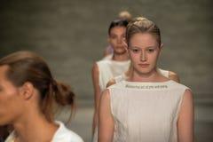 纽约, NY - 9月06日:模型步行在儿子Jung苍白春天2015时装表演的跑道结局 库存照片
