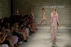 纽约, NY - 9月06日:模型步行在儿子Jung苍白春天2015时装表演的跑道结局 图库摄影
