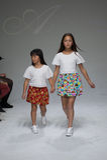 纽约, NY - 10月19日:模型步行在唱腔儿童的衣物预览期间的跑道在petitePARADE哄骗时尚星期 库存图片