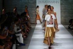 纽约, NY - 9月05日:模型步行在齐默尔曼时装表演的跑道结局 库存图片