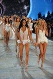 纽约, NY - 11月13日:模型步行在2013年维多利亚的秘密时装表演的跑道结局 免版税库存照片