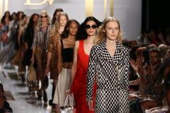纽约, NY - 9月08日:模型步行在戴安娜冯Furstenberg时装表演期间的跑道结局 库存照片