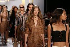 纽约, NY - 9月08日:模型步行在戴安娜冯Furstenberg时装表演期间的跑道结局 免版税库存图片