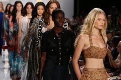 纽约, NY - 9月08日:模型步行在戴安娜冯Furstenberg时装表演期间的跑道结局 库存图片