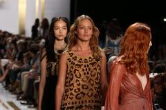 纽约, NY - 9月08日:模型步行在戴安娜冯Furstenberg时装表演期间的跑道结局 免版税库存照片