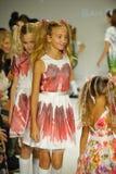 纽约, NY - 10月18日:模型步行在Alivia西蒙妮预览期间的跑道结局在小的游行哄骗时尚星期 免版税库存图片