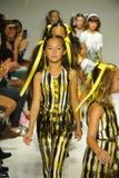 纽约, NY - 10月18日:模型步行在Alivia西蒙妮预览期间的跑道结局在小的游行哄骗时尚星期 库存照片