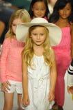 纽约, NY - 10月18日:模型步行在Chloe预览期间的跑道结局在petitePARADE哄骗时尚星期 库存图片