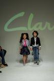 纽约, NY - 10月19日:模型步行在Clarks预览期间的跑道 免版税图库摄影