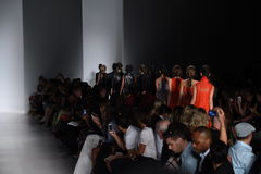 纽约, NY - 9月04日:模型步行在Marissa韦布时装表演的跑道结局 免版税库存图片