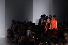 纽约, NY - 9月04日:模型步行在Marissa韦布时装表演的跑道结局 免版税库存照片