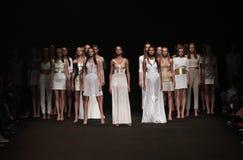 纽约, NY - 9月04日:模型步行在Meskita时装表演的跑道结局 免版税图库摄影