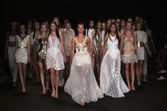 纽约, NY - 9月04日:模型步行在Meskita时装表演的跑道结局 库存照片