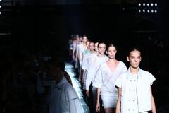 纽约, NY - 9月06日:模型步行在Prabal Gurung时装表演的跑道结局 免版税库存照片