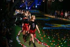 纽约, NY - 9月08日:模型步行汤米・席尔菲格妇女的时装表演的跑道 库存照片