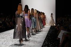 纽约, NY - 9月05日:模型步行莫妮克Lhuillier春天2015时装表演的跑道 库存照片