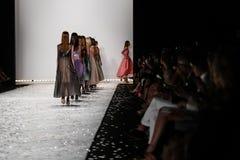 纽约, NY - 9月05日:模型步行莫妮克Lhuillier春天2015时装表演的跑道 免版税图库摄影