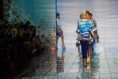 纽约, NY - 9月06日:模型步行谎言SANGBONG春天夏天2015汇集的跑道 免版税库存图片