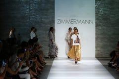 纽约, NY - 9月05日:模型步行齐默尔曼时装表演的跑道 库存照片