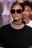 纽约, NY - 9月07日:模型步行DKNY春天2015时尚汇集的跑道 免版税库存图片