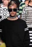 纽约, NY - 9月07日:模型步行DKNY春天2015时尚汇集的跑道 库存图片