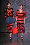 纽约, NY - 9月07日:模型步行DKNY春天2015时尚汇集的跑道 库存照片